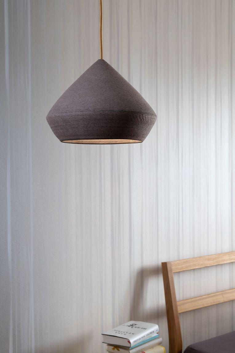 """Unikate an die Decke: Die Pendelleuchten """"Chamotte"""" von Isabel Hamm Licht mit frei gedrehtem Keramik-Lampenschirm und unglasierter Oberfläche setzen Akzente. Preis: ab 190 Euro."""