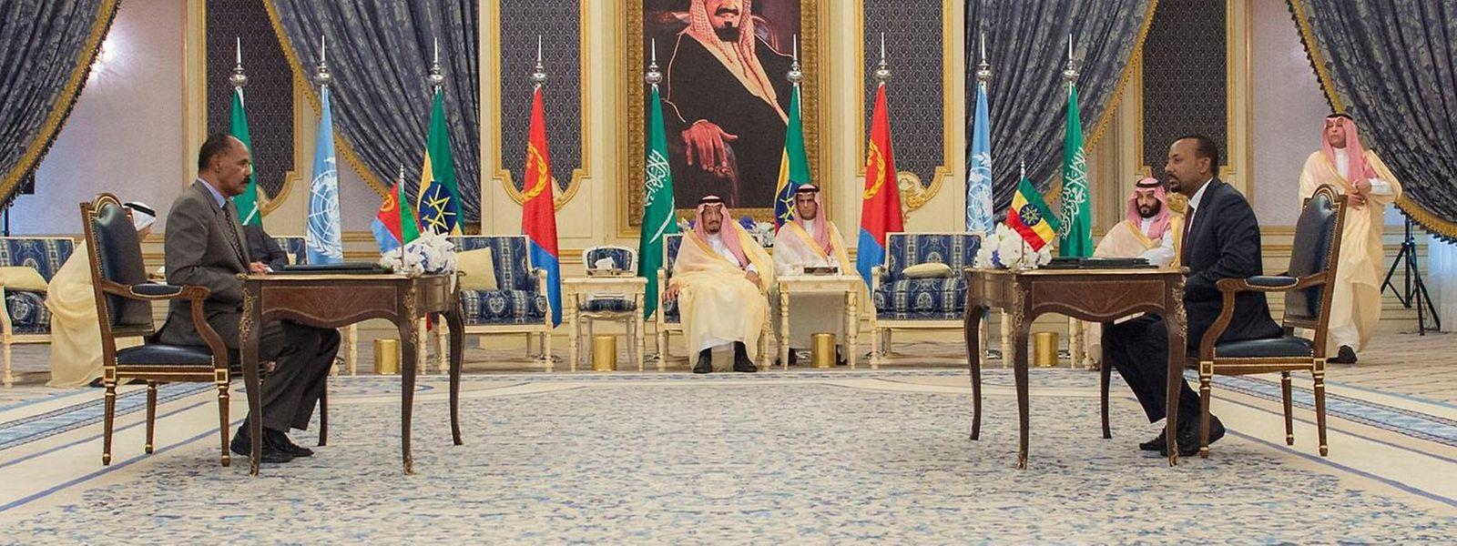 Isaias Afwerki (l.), Präsident von Eritrea, und Abiy Ahmed, Premierminister von Äthiopien, unterzeichnen im Beisein des saudischen Königs Salman (M.) einen Freundschaftsvertrag. Doch was ist das Papier wert?