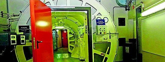 An der Sicherheitsschleuse zum Reaktorge bäude wird beim Betreten und Verlassen die Strahlenbelastung mit dem Dosimeter registriert.