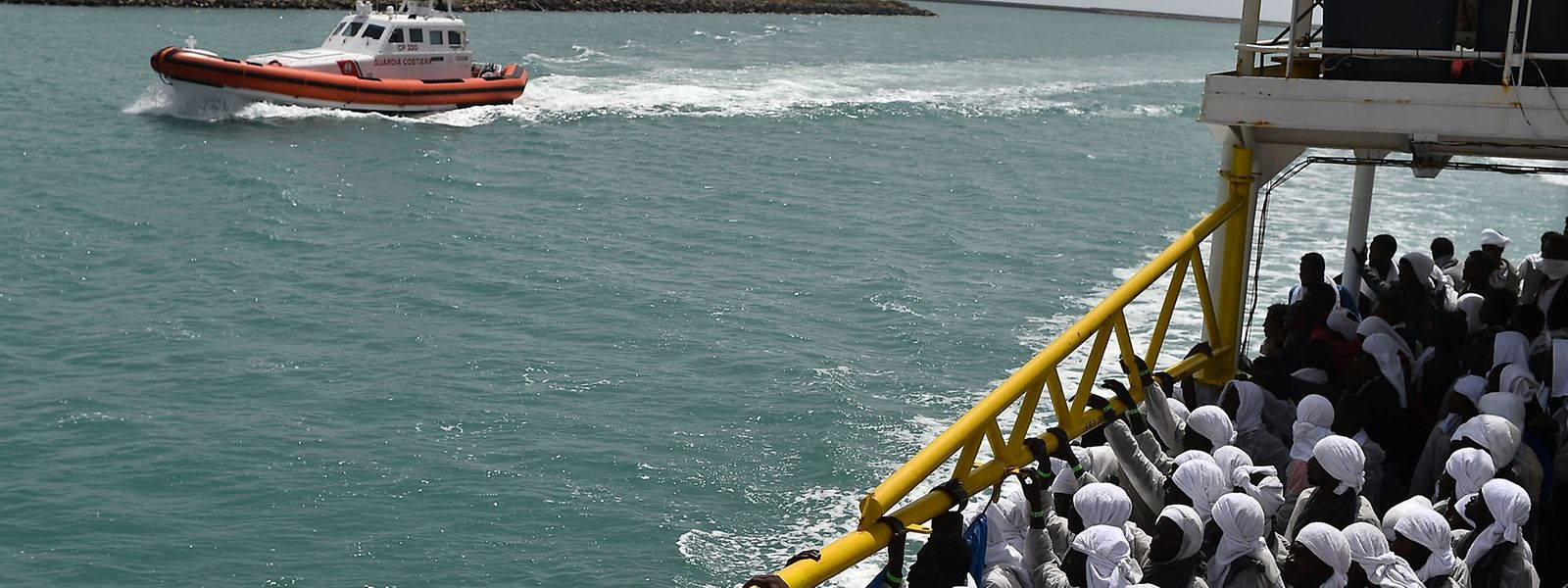 Die Flüchtlinge, die beim Unglück gerettet werden konnten, kommen im Hafen von Sardinien an.