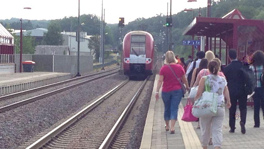 Der Zug kam erst hinter dem Bahnsteig zum Stehen.