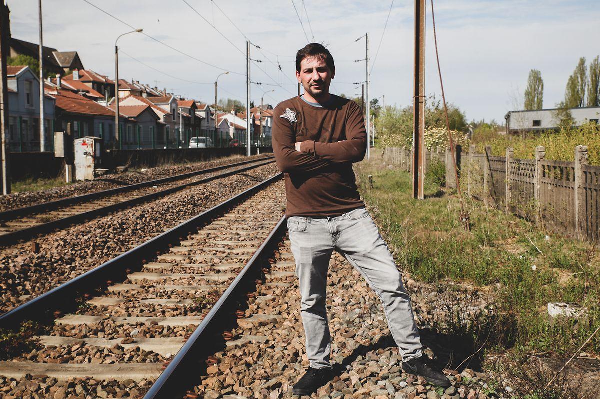 Ricardo Brandão, 36 anos, veio de Famalicão o ano passado com a família. A maioria dos colegas voltaram para Portugal na pandemia. Ele ficou, com mãos e pernas atados.