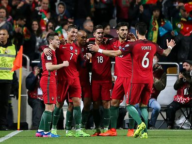 Portugal's player Cristiano Ronaldo (2-L) celebrates with his teammates after scoring a goal against Hungary during their 2018 FIFA World Cup Russia group B qualifying soccer match at Luz Stadium in Lisbon, Portugal, 25 March 2017. MIGUEL A. LOPES/LUSA