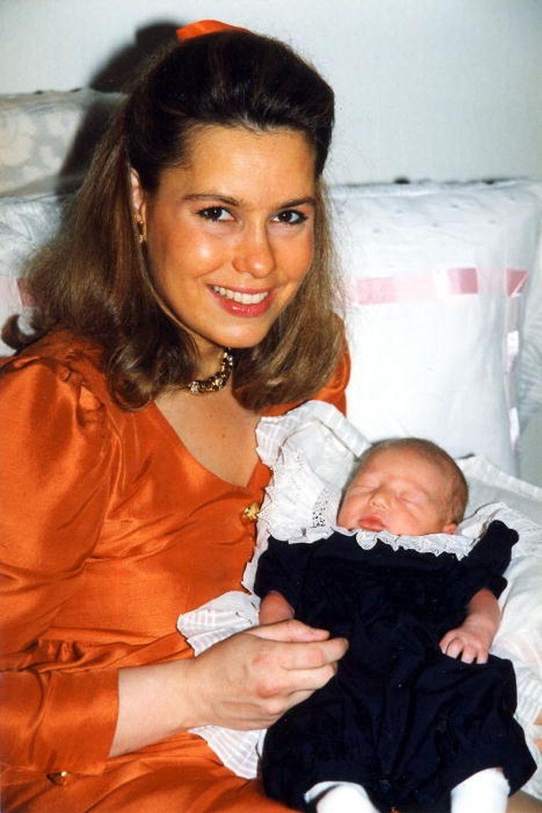 1992: Maria Teresa mit ihrem Neugeborenen, Prinz Sébastien.