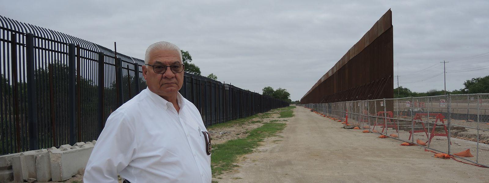 Sheriff Joe Frank Martínez vor einem größeren Zaunelement in Del Rio, das Teil des Mauerprojekts von Donald Trump ist.