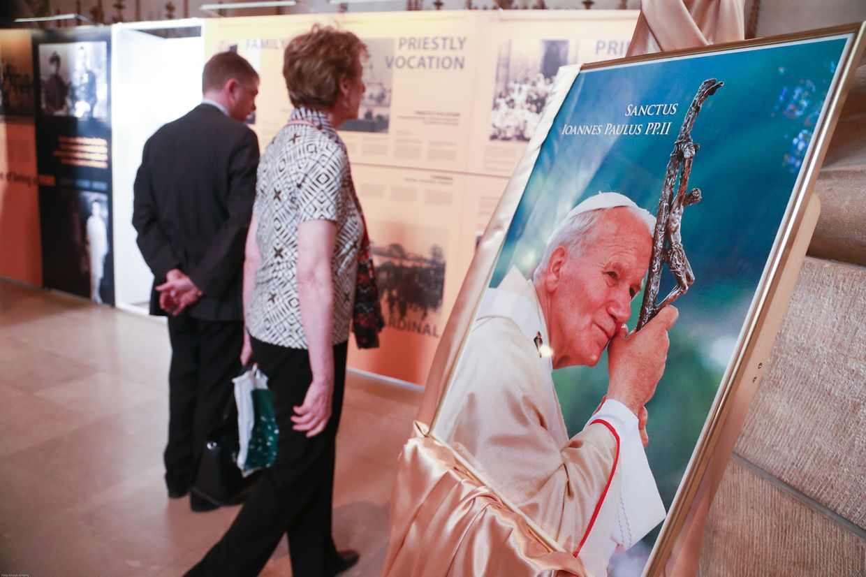 "Bereits am Freitag fand die Vernissage der Ausstellung ""Pape Jean-Paul II: L'Homme et la Culture"" in der Kathedrale statt."