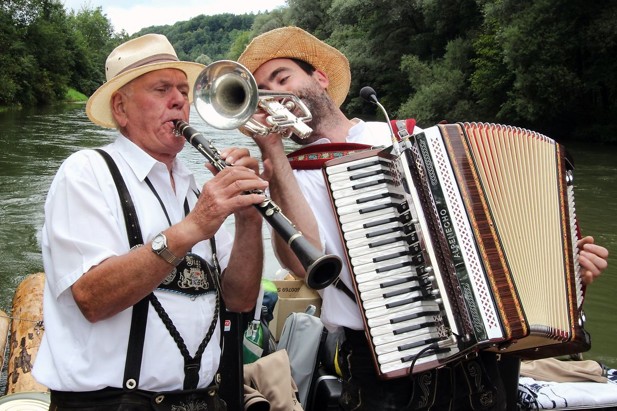 """Wigg Heislmeier (links) spielt auf den Fahrten mit seiner """"Floßcombo""""."""