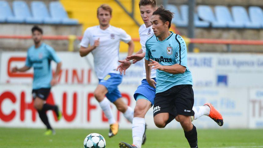 Nuno Vilar, poursuivi ici par Dominik Simacek, et ses partenaires dudelangeois ont connu leur première expérience internationale contre le Sparta Prague.