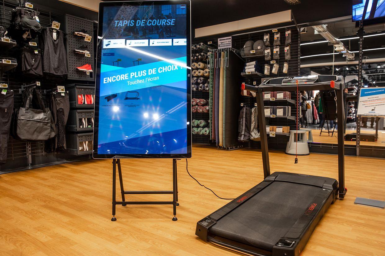 Dans le magasin, des écrans permettent aux clients d'accéder à l'intégralité des produits de la gamme, tout en bénéficiant des conseils des vendeurs présents sur place.