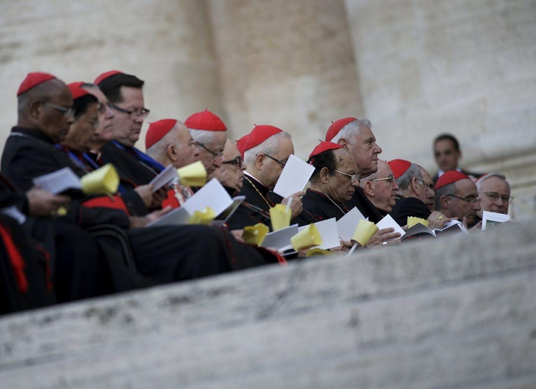 Kardinäle bei der Eröffnungsandacht auf dem Petersplatz.