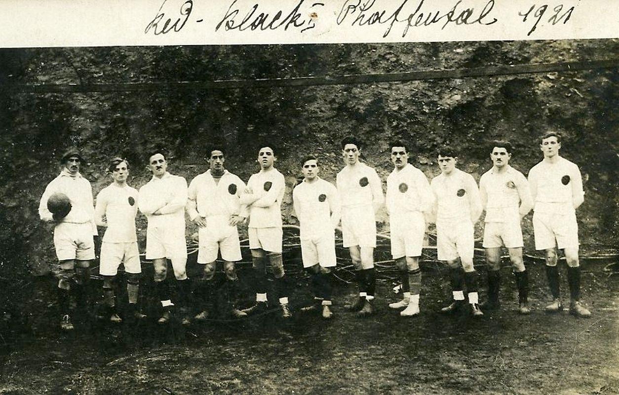 Der Red Black Pfaffenthal aus dem Jahr 1921. Von 1909 bis 1911 existierte der Verein als FC Pfaffenthal 1909. Zehn Jahre später, 1919, wurde die Mannschaft unter den Namen Red Black neu gegründet. Seit der Fusion mit Egalité Weimerskirch im Jahr 2007 besteht der Verein als FC Red Black Egalité 07 Pfaffenthal Weimerskirch