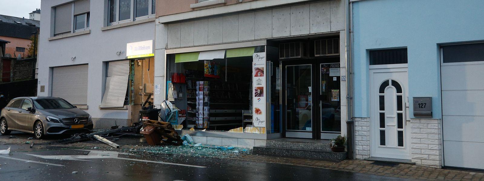 Durch die Explosion wurde auch das Schaufenster des Lebensmittelgeschäftes zerstört.
