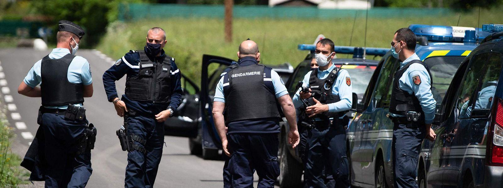 Französische Polizisten am Einsatzort in Saumane in den Cevennen.