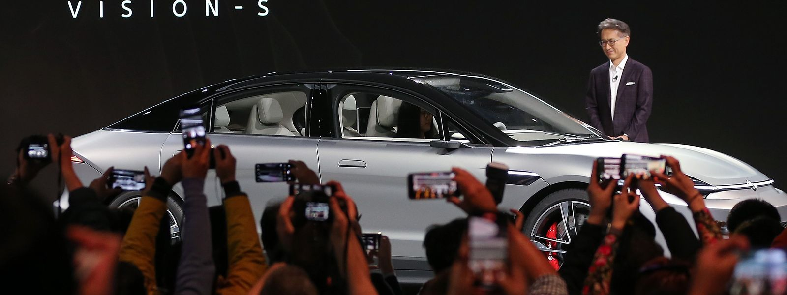 Sony-CEO Kenichiro Yoshida mit dem Sony Vision-S Konzeptfahrzeug.