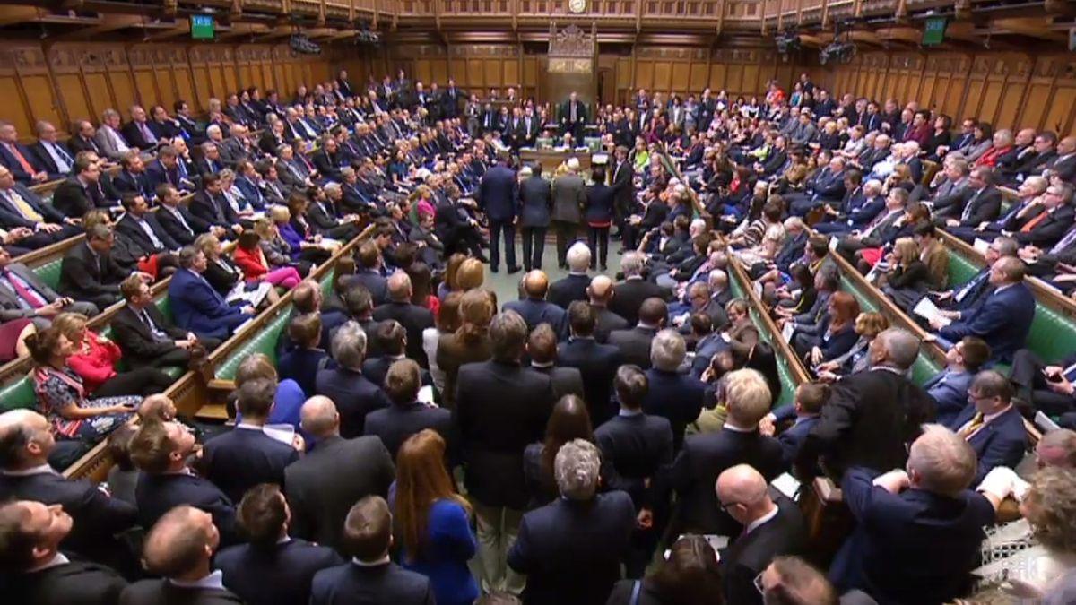 Uma captura de vídeo do momento da votação desta tarde no parlamento britânico.