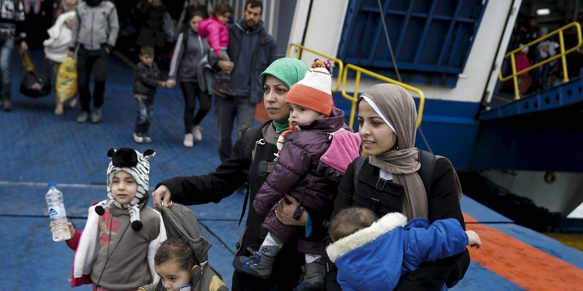 Syrische Flüchtlinge kommen in der griechischen Stadt Piräus an. Die EU-Staaten fordern von Griechenland mehr Anstrengungen, unter anderem bei der Registrierung.