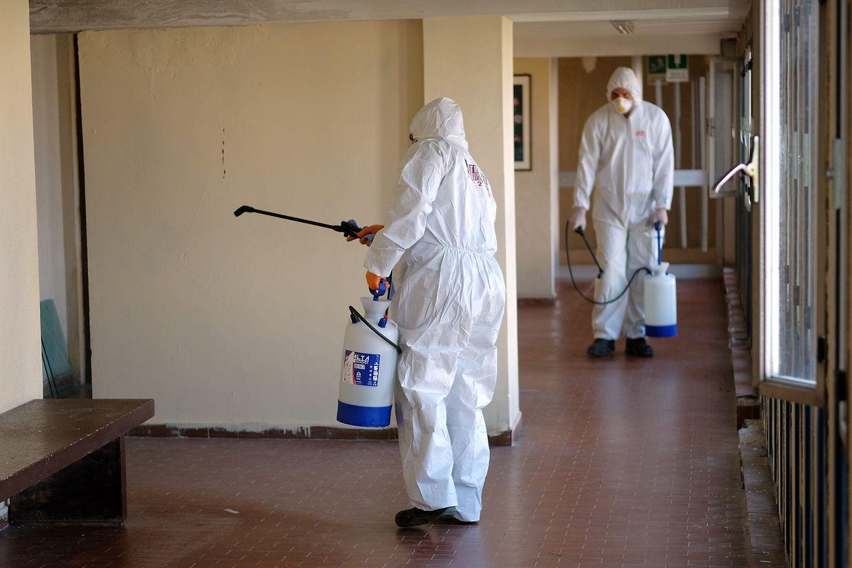 Rom: Mitarbeiter desinfizieren ein Wohngebäude in Rom. Im Bezirk Spinaceto wurden im Rahmen einer von ATER organisierten Kampagne bereits mehr als 9.500 öffentliche Wohngebäude desinfiziert.