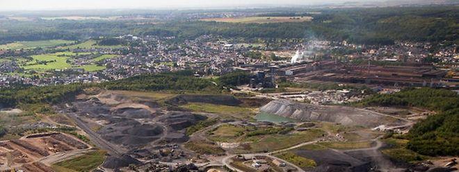 """Eine Luftansicht der Schlackenhalde """"Gadderscheier"""". Sie befindet sich hinter dem Kronospan-Werk, entlang der A13.Im Hintergrund befindet sich Differdingen."""