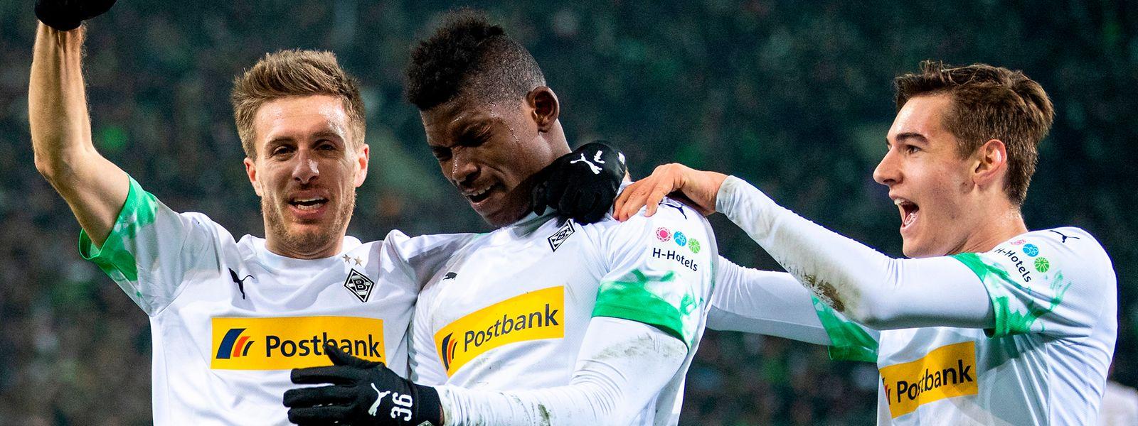 Patrick Herrmann (l.) und Breel Embolo schießen Mönchengladbach gegen Freiburg zum Sieg. Florian Neuhaus (r.) jubelt mit.