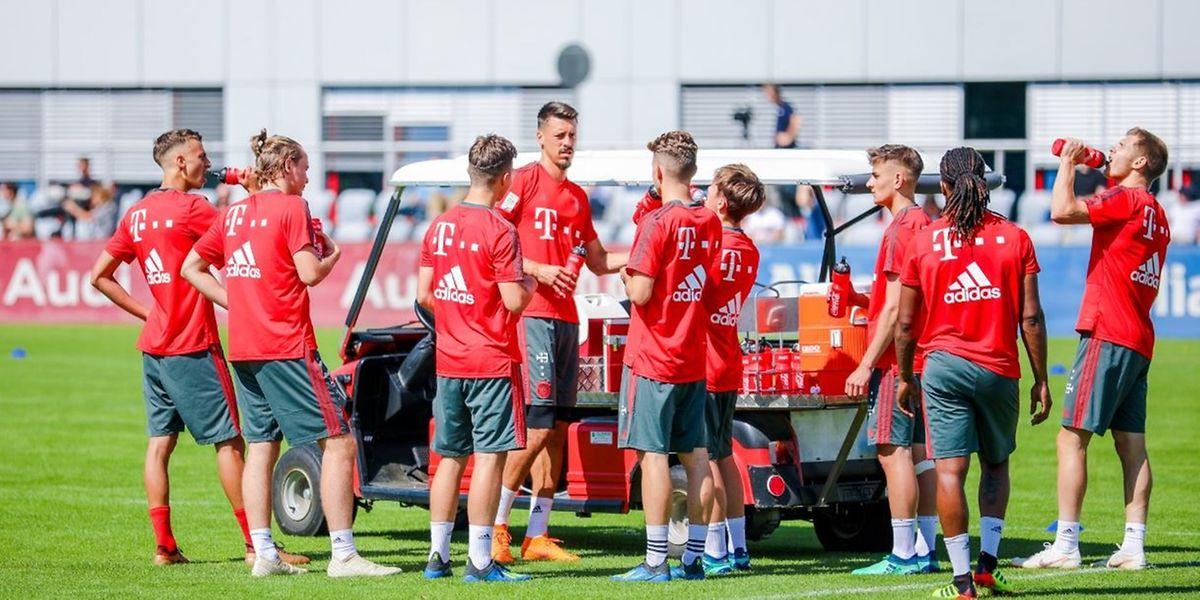 Ryan Johansson (2.v.l.) hier bei einer Pause beim Training mit den Profis wie zum Beispiel Sandro Wagner (4.v.l.).