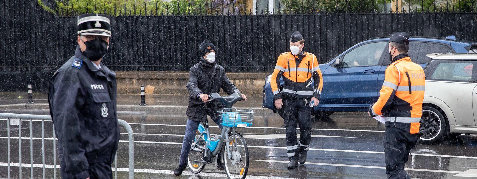 Vor der Gëlle Fra hat die Polizei gestern ihre Sensibilisierungskampagne gestartet. Sämtliche Radfahrer, die am Infostand der Sicherheitskräfte vorbeifuhren, wurden angehalten und in einem Gespräch für Verkehrsregeln und Sicherheitsvorkehrungen sensibilisiert.