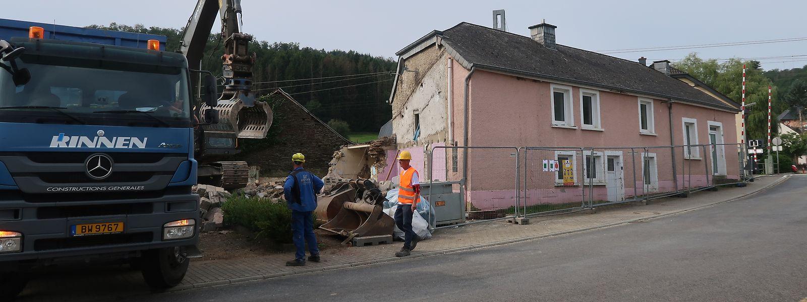 Das frühere Café von Enscheringen wird abgerissen, um die derzeitige Bahnschranke durch eine Unterführung ersetzen zu können.