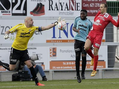 Jonathan Joubert - Rodrigue Dikaba - Omar Er Rafik /FC Differdingen 03 - F91 Düdelingen 23.10.2016/ Fussball BGL Ligue  Saison 2016-2017 / Foto: Fabrizio Munisso