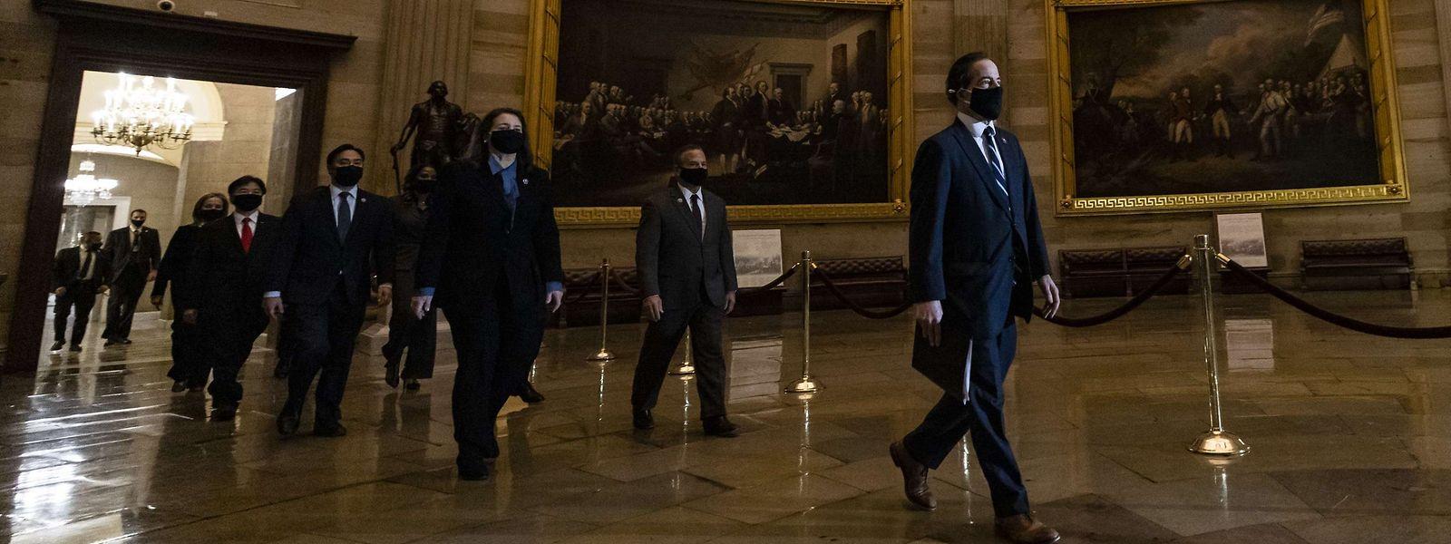 """Feierlich; Die """"Impeachment-Prozession"""" auf dem Weg in den Senat."""