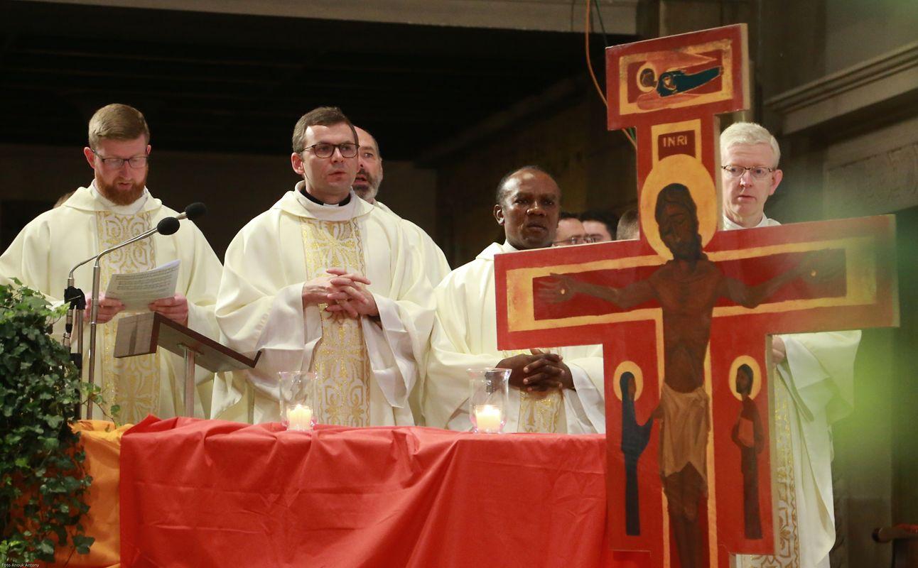 Der Gottesdienst wurde von mehreren Geistlichen konzelebriert.