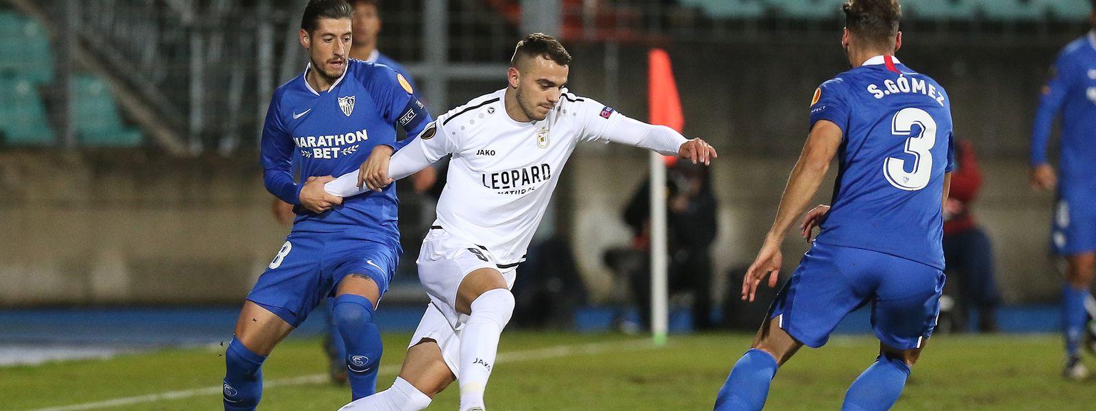 Sevillas Nolito (l.) versucht, Doppeltorschütze Danel Sinani zu stoppen.