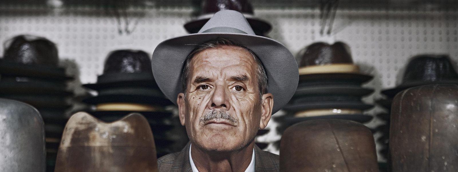 Ein Mann mit Geschmack: Inmitten von Hüten und Hutformen posiert Ciro Russo im Anzug von Alessandro Gilles in seinem Atelier.