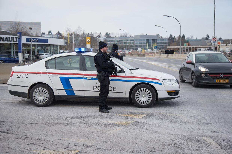 Schwer bewaffnete Polizisten kontrollieren bestimmte Verkehrsachsen.