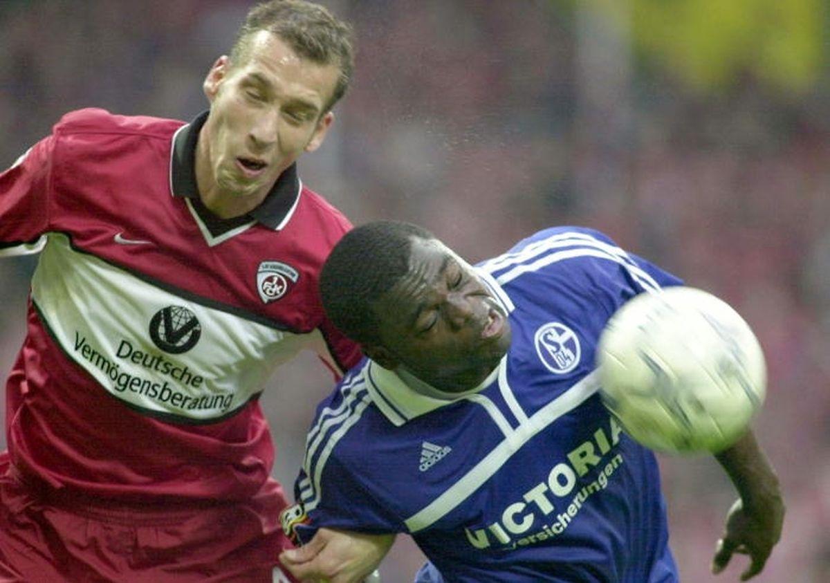 Jeff Strasser (à g., en rouge) à Kaiserslautern comme... joueur (1999-2002), au duel aérien avec Gerald Asamoah, de Schalke 04