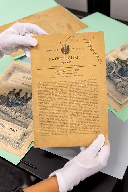 Geburtsurkunde des Automobils: Auch Unterlagen zur Patentschrift DRP 37435 finden sich im Mercedes-Archiv, sie dokumentieren die Entstehung des ersten Autos von 1886.