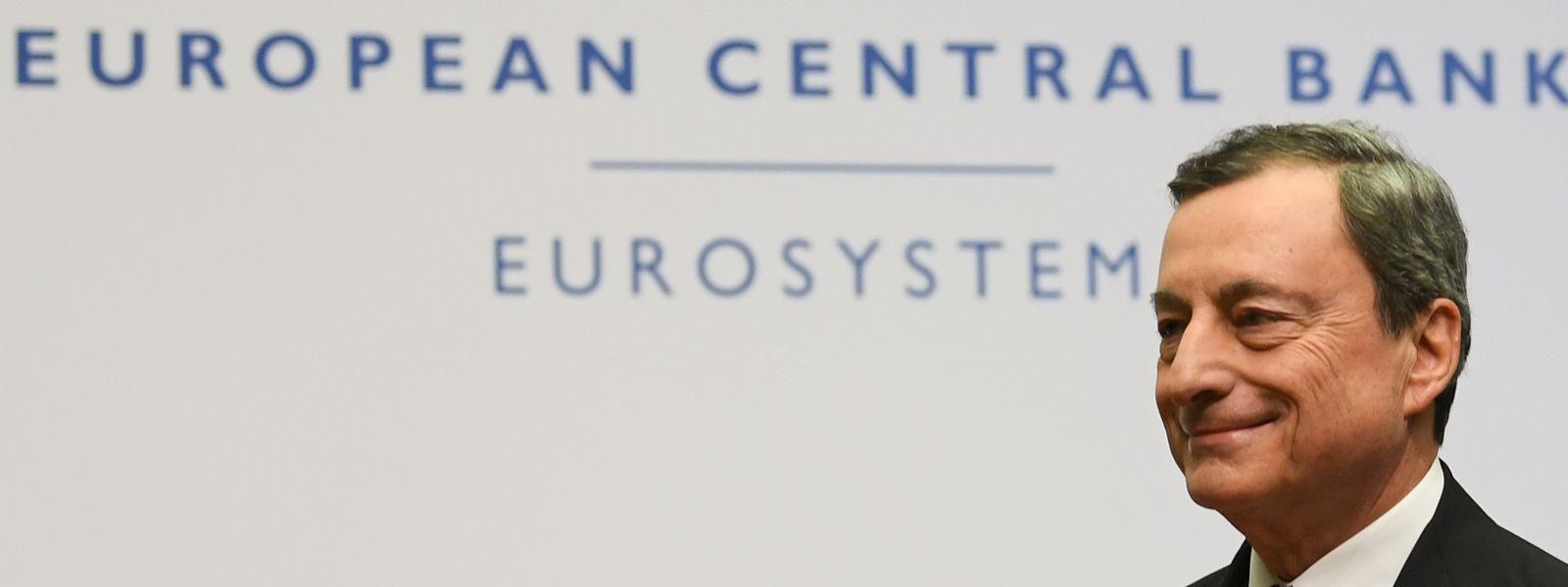 Mario Draghi, Präsident der Europäischen Zentralbank (EZB), verlässt im Anschluss an die Pressekonferenz in der EZB-Zentrale das Podium.