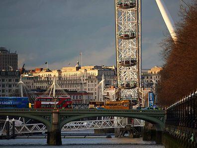 Des gens se trouvaient dans les nacelles du London Eye, la grande-roue installée face aux Houses of Parliament dans le quartier de Westminster.