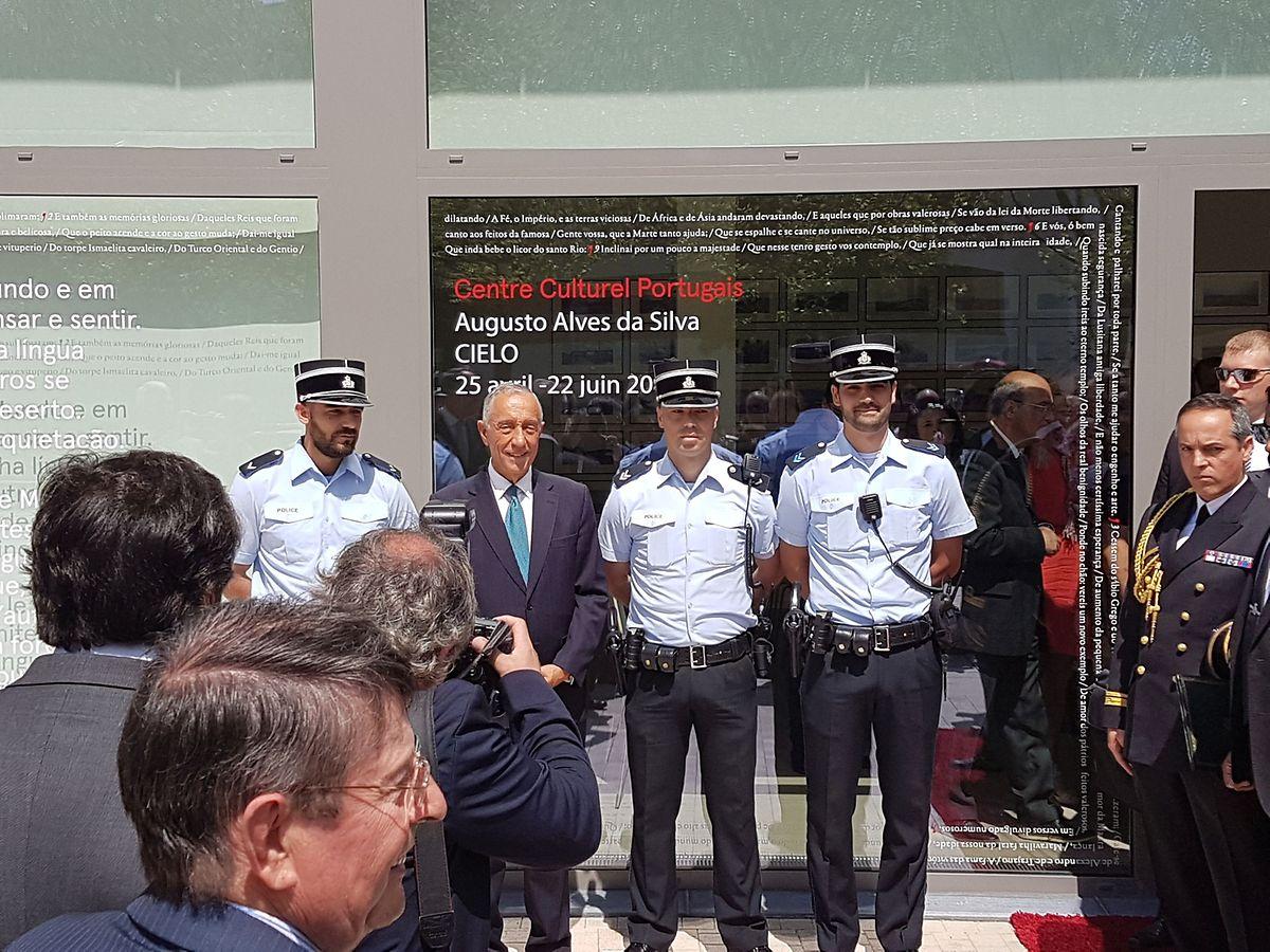 Marcelo com três agentes da Polícia Grã-Ducal de origem portuguesa, que faziam parte do aparato policial de segurança em torno do Centro Camões, aquando da sua passagem por Merl.
