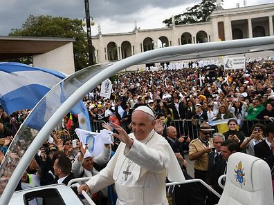 Pope Francis waves to faithful from the popemobile as he bids fairwell after his visit to Fatima shrine, in Fatima, on May 13, 2017.  The two young shepherds, Jacinta and Francisco Marto, who had visions of the Virgin Mary 100 years ago in Fatima, a Portuguese site now a global draw for pilgrims, were declared saints today during a mass celebrated by Pope Francis. / AFP PHOTO / FRANCISCO LEONG