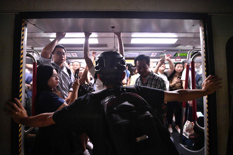 Pour se faire entendre, les manifestants ont déclenché lundi une grève générale et ont mené des opérations de blocage des transports en commun.