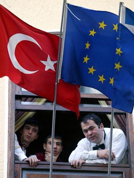 Visa-Freiheit erhält die Türkei nur, wenn sie 72 von Brüssel festgelegte, allgemein gültige  Bedingungen erfüllt.