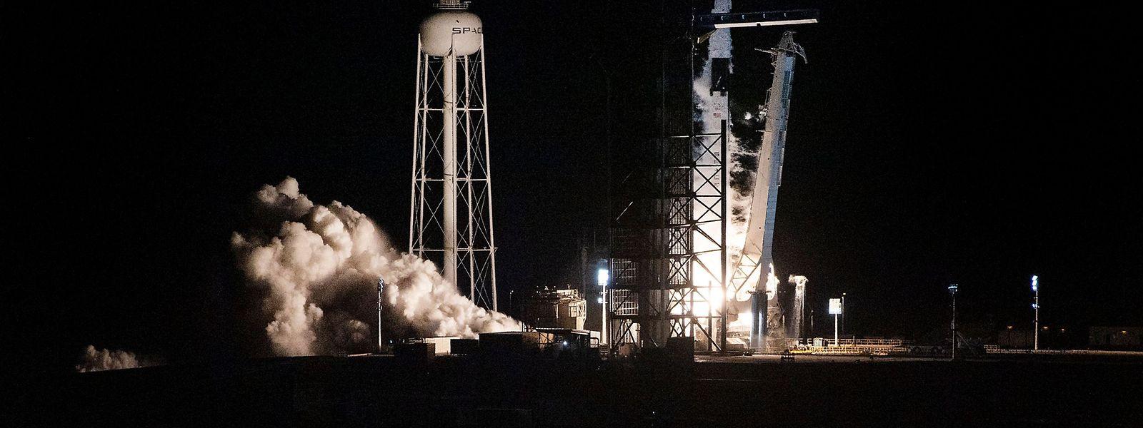 """Eine Falcon-9-Rakete mit dem Raumschiff """"Crew Dragon"""" hob am Samstagmorgen (MEZ) vom Weltraumbahnhof Cape Canaveral im US-Bundesstaat Florida ab."""