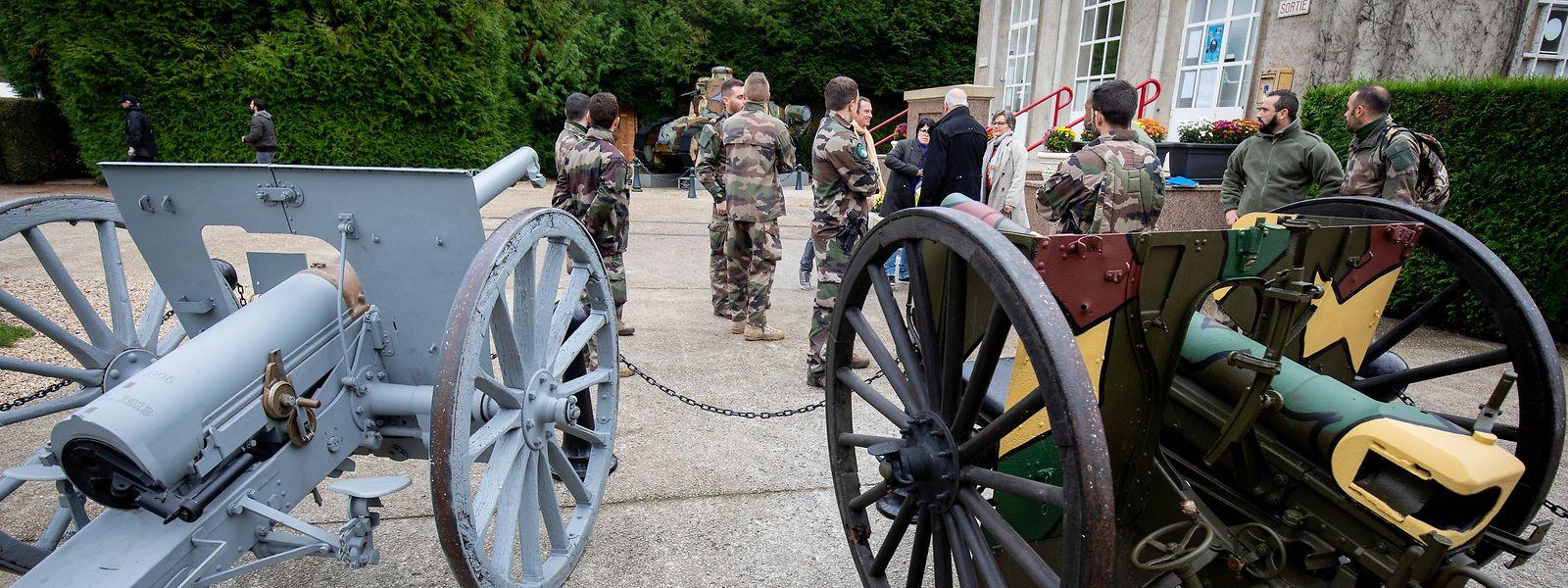 Französische Sicherheitskräfte stehen hinter historischen Geschützen bei der Waffenstillstands-Gedenkstätte bei Compiègne. Bundeskanzlerin Merkel und der französische Präsident Macron werden sich am Samstag in Compiègne, dem Ort der Unterzeichnung des Waffenstillstandes, treffen, um an das Ende des Ersten Weltkrieges vor 100 Jahren zu erinnern.