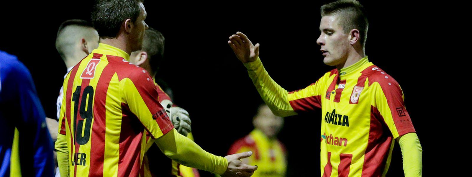 Die F91-Spieler Julien Jahier und David Turpel (r.) freuen sich über den Einzug ins Viertelfinale.