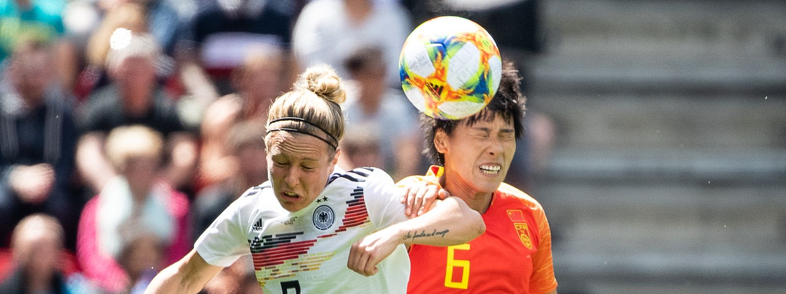 Deutschland um Svenja Huth (l., im Zweikampf mit Chinas Peng Han), erhält für den WM-Titel 75 000 Euro.