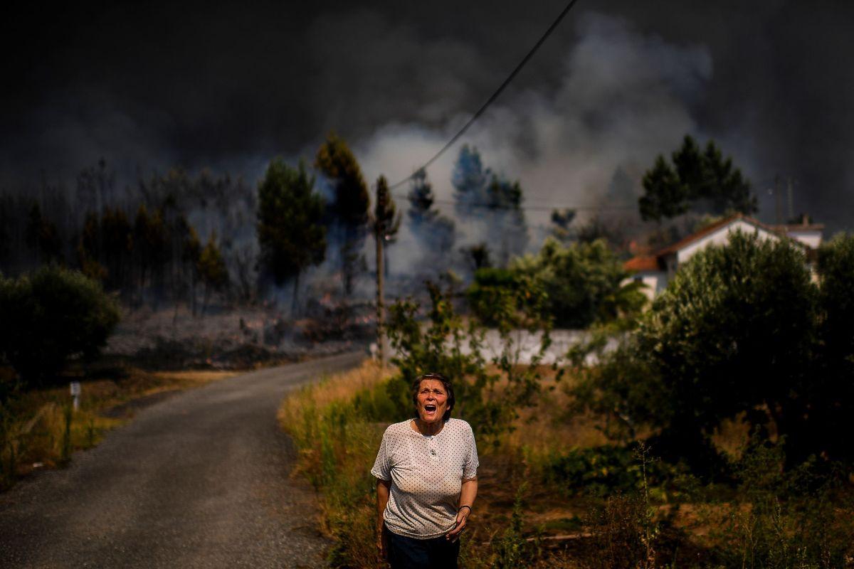 Une femme appelle les pompiers à l'aide dans le village de Casas da Ribeira.