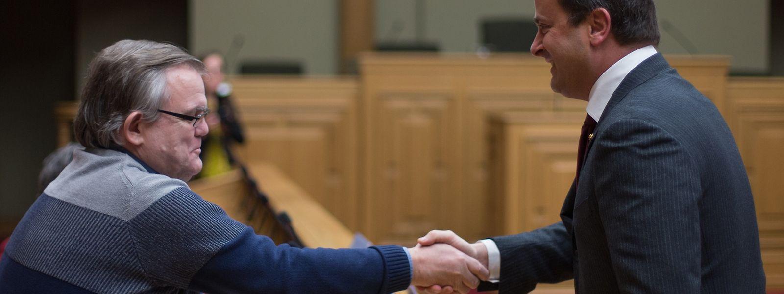 Lucien Welter, autor da petição pública n°698, cumprimenta o primeiro-ministro Xavier Bettel.