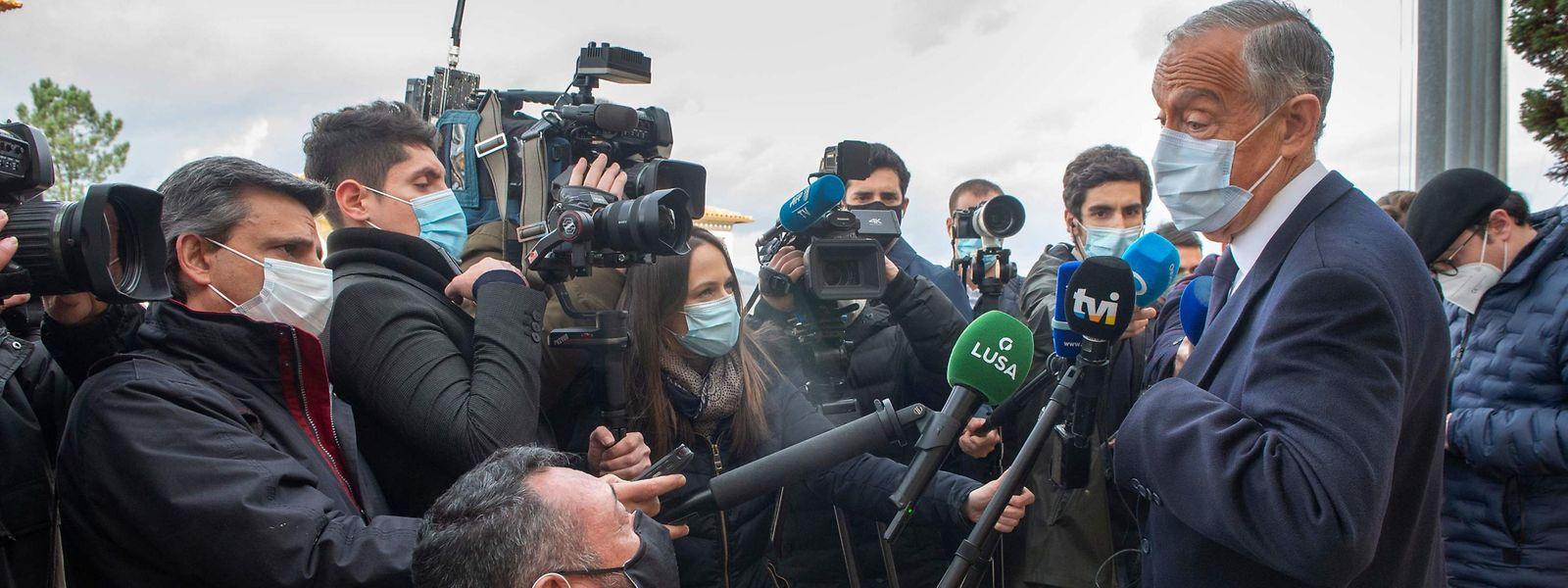 Marcelo Rebelo de Sousa (rechts) steht der Presse Rede und Antwort.