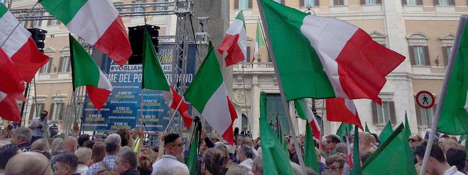 Demonstranten schwenken vor dem Parlament Nationalfahnen. Zahlreiche Unterstützer der Lega, der Partei des früheren italienischen Innenministers Salvini, und der rechtsextremen Partei Fratelli d'Italia (Brüder Italiens) protestierten gegen die neue Regierung von Ministerpräsident Conte.