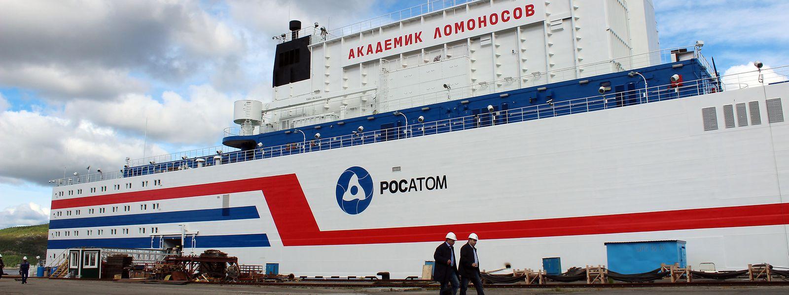 Das erste schwimmende Atomkraftwerk mit dem Namen Akademik Lomonossow liegt am in einem Hafen in der Stadt Murmansk. Moskau investiert immer mehr in Atomenergie. So soll das erste schwimmende Akw bald eine abgelegene Stadt in Sibirien mit Strom versorgen.