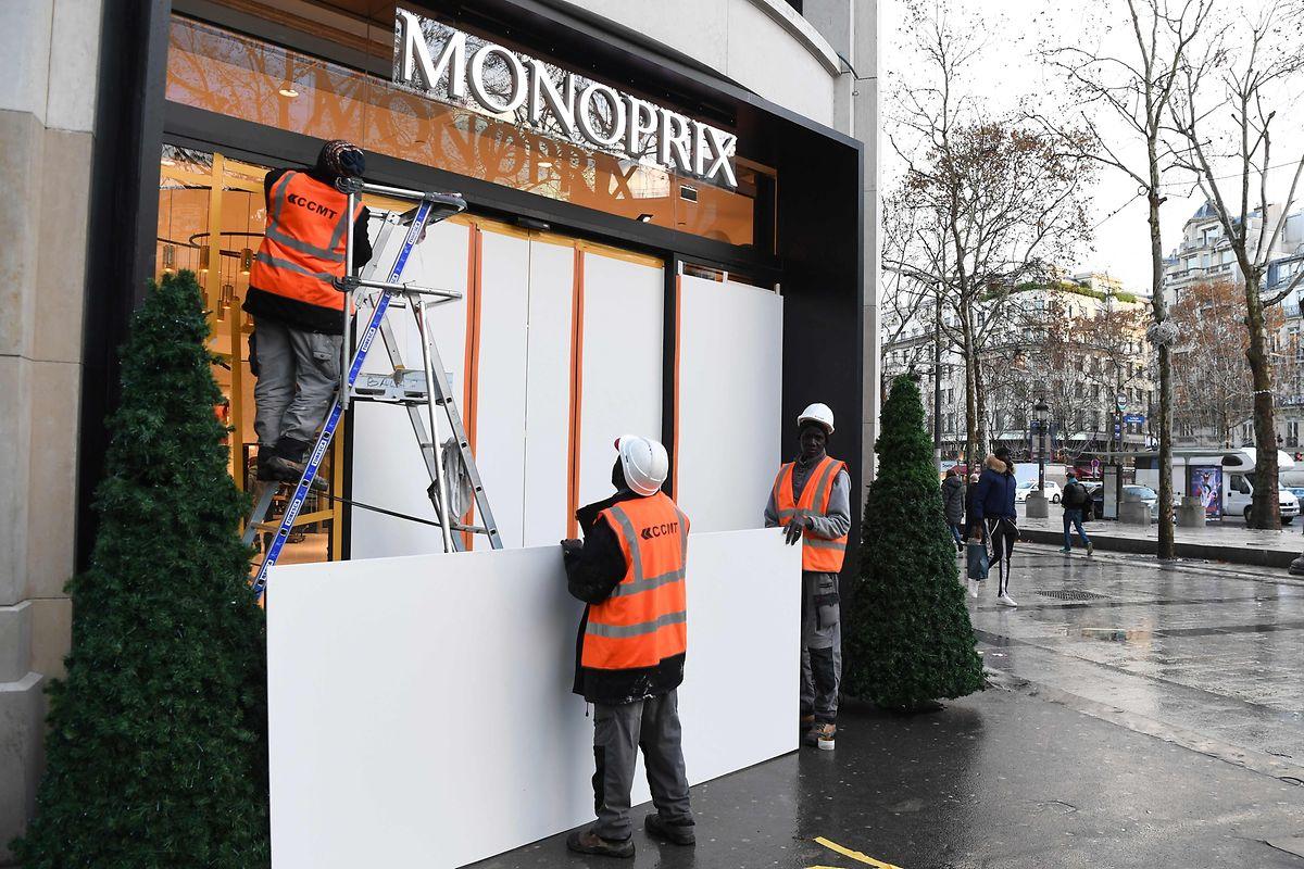 Zahlreiche Geschäfte verbarrikadierten ihre Eingänge aus Angst vor Vandalismus.